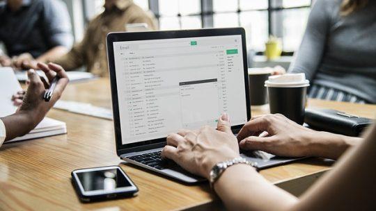 Les astuces pour reconnaître les fausses informations en ligne